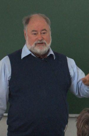 Podczas wykładu zarejestrowanego w trakcie Dnia Odkrywców Kampusu Ochota UW 2019 dr Piotr Chrząstowski-Wachtel opisuje paradoksy oraz wyjaśnia, w jaki sposób powstały